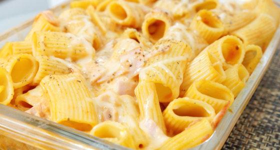 Macarrão fácil e saboroso com queijo e presunto.